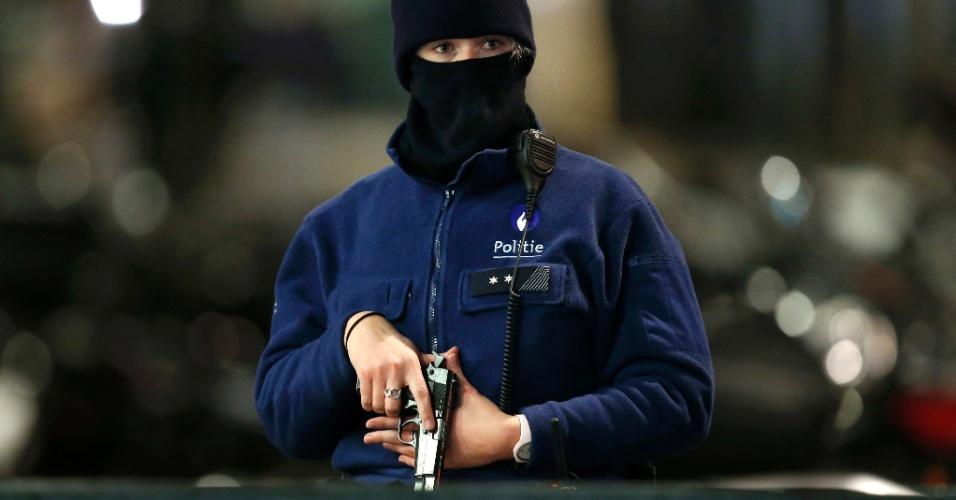 22.nov.2015 - Policial belga participa de busca por suspeitos de terrorismo em Bruxelas. O país continuará em alerta máximo na segunda-feira (23) por temor de atentados terroristas similares aos ocorridos em Paris