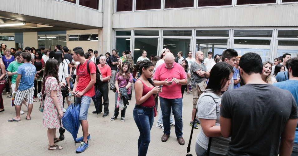 29.nov.2015 - Candidatos aguardam o início da prova na Escola Politécnica da USP (Universidade de São Paulo), na zona este de São Paulo. Eles farão a primeira fase da Fuvest 2016 neste domingo