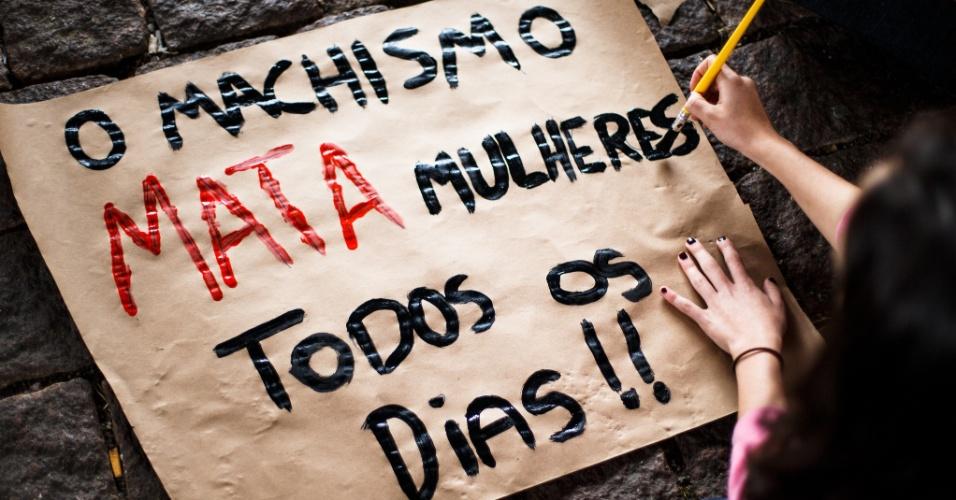"""12.nov.2015 - """"O machismo mata mulheres todos os dias"""": Grupo de mulheres fizeram protesto contra o presidente da Câmara dos Deputados, Eduardo Cunha (PMDB-RJ), no vão do Masp (Museu de Arte de São Paulo), na avenida Paulista, em São Paulo"""