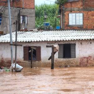 Fortes chuvas que atingiram na sexta-feira (1º) a zona leste de São Paulo causou transbordamento de córregos, deixando bairros da região alagados