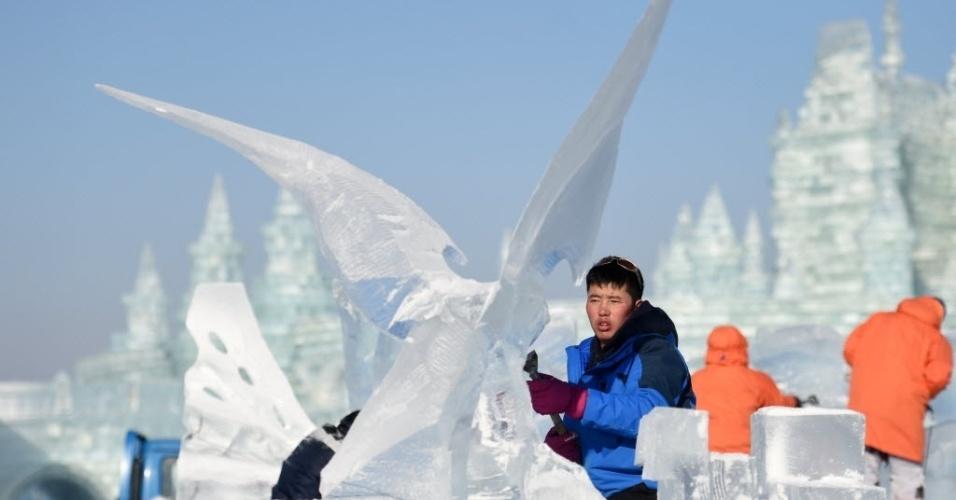 7.jan.2016 - Homem esculpe bloco durante concurso internacional de escultura de gelo em Harbin, capital da província de Heilongjiang, na China