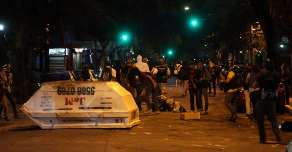 12.jan.2016 - Confusão em São Paulo se estendeu noite adentro. Polícia continuou atirando bombas em manifestantes, que se espalharam por bairros próximos, como Higienópolis