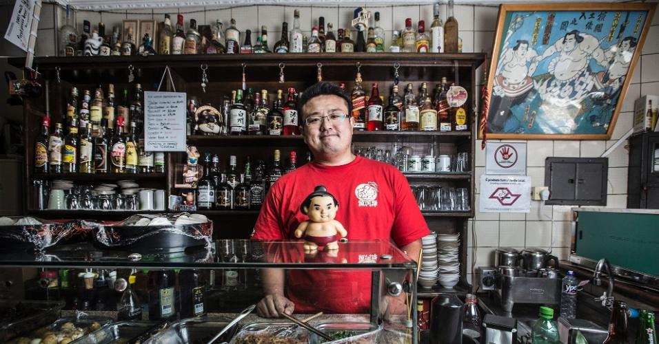 Yoshi Higuchi, 30 anos, pratica sumô e serve deliciosos petiscos orientais no pequeno Bar Kintaro no bairro da Liberdade.