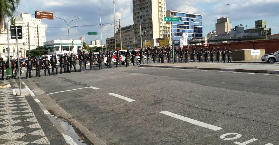 26.jan.2016 - Policiais se posicionam na região da Luz, em São Paulo, antes de novo ato contra o aumento das tarifas do transporte público na capital paulista. Aumento de R$ 3,50 para R$ 3,80 em taxa de ônibus, metrôs e trens motiva revolta de parte da população