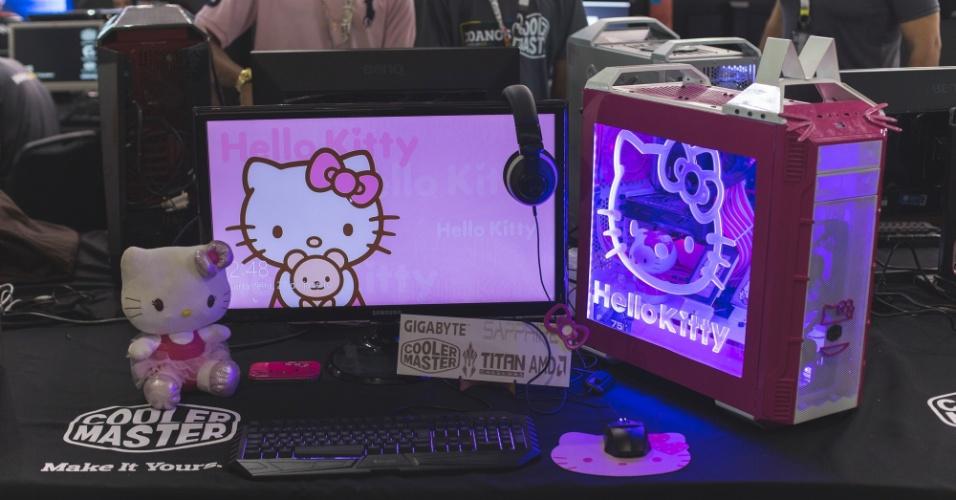 """27.jan.2016 - A Campus Party 2016, que acontece até o dia 31 de janeiro no Anhembi, em São Paulo, também é palco para os """"campuseiros"""" mostrarem seus casemods, como são chamados os gabinetes personalizados de computadores de mesa. Na foto acima, casemod da Hello Kitty é exibido no pavilhão do Anhembi"""