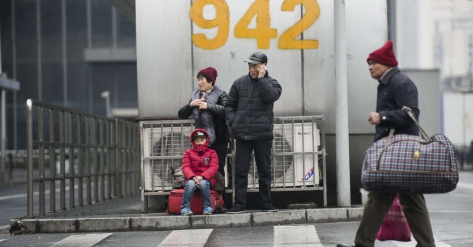 29.jan.2016 - Passageiros aguardam em frente estação de Xangai para viagem de comemoração do Ano-Novo chinês. As festividades começam no dia 8 e fevereiro e geram o maior fluxo migratório do planeta, com 2.9 bilhões de desclocamentos