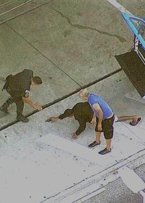 Na imagem, o momento em que o assaltante se rendeu