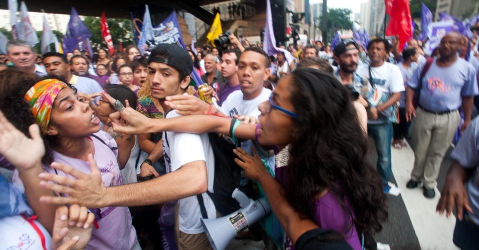"""8.mar.2016 - Ato na avenida Paulista chegou a ter confusão entre manifestantes a favor e contra o PT. Faixas como """"somos todas Dilma"""" foram abertas durante protesto. Ação ocorre no Dia Internacional da Mulher"""