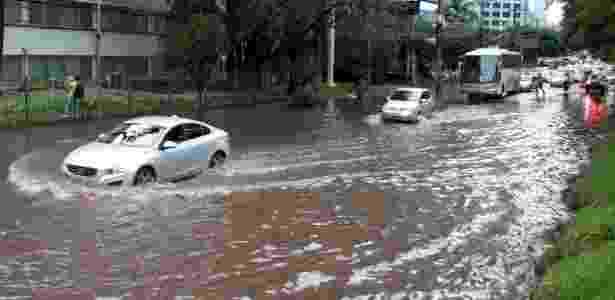 Carro tenta passar por trecho alagado na marginal Pinheiros - Luiz Claudio Barbosa/Código 19/Estadão Conteúdo - Luiz Claudio Barbosa/Código 19/Estadão Conteúdo
