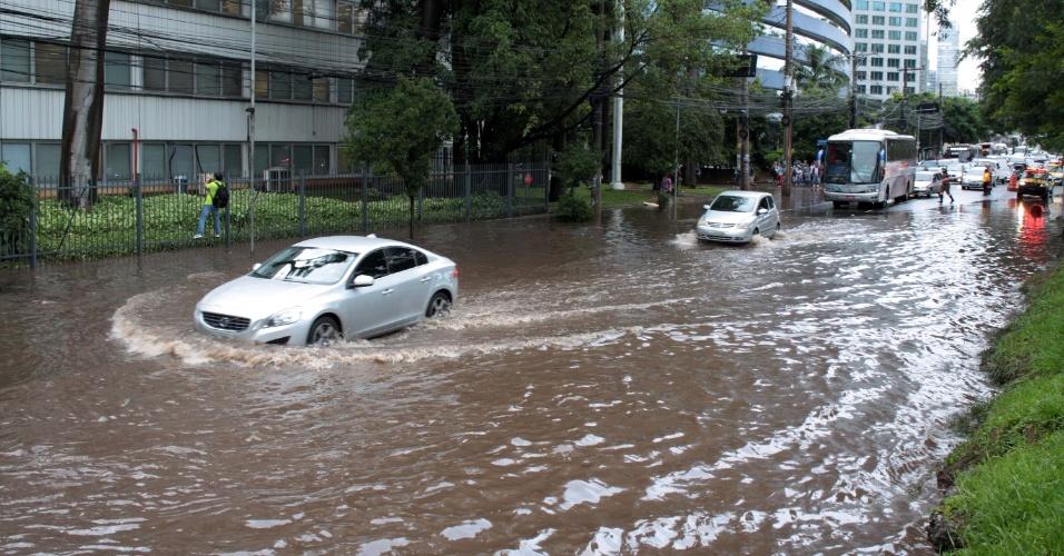 11.mar.2016 - Carro tenta passar por trecho alagado na marginal Pinheiros, no sentido Castelo Branco, na altura da estação Berrini, em São Paulo
