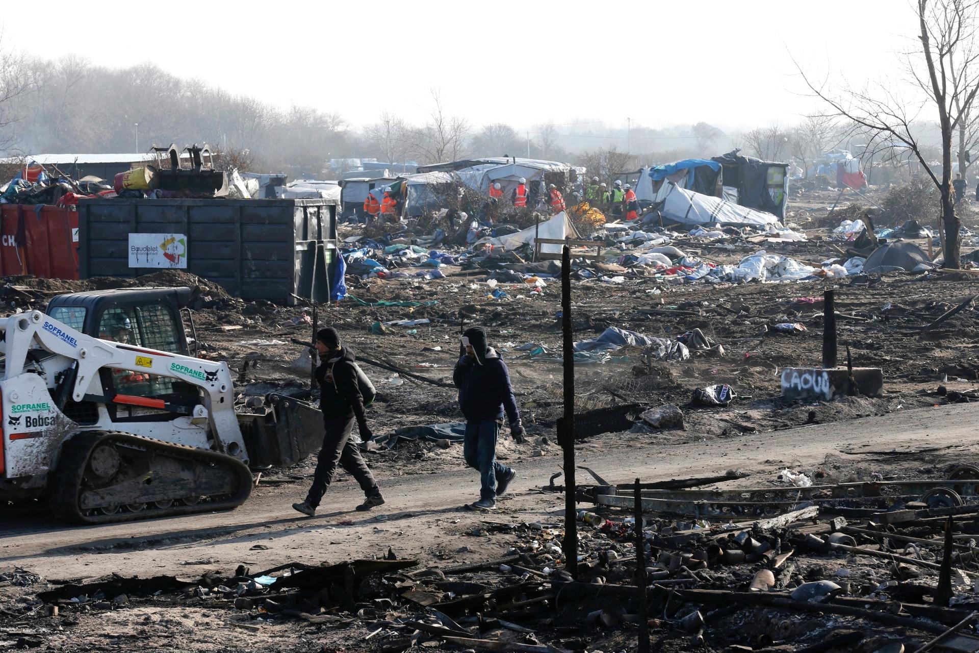 Desmonte do campo de refugiados de Calais, na França