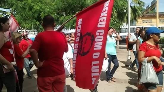 """18.mar.2016 - Em Maceió, manifestantes fazem protesto a favor do governo Dilma e do ex-presidente Lula. Usando vermelho, um dos manifestantes leva uma bandeira com os dizeres """"Mexeu com o Lula, mexeu comigo!"""""""