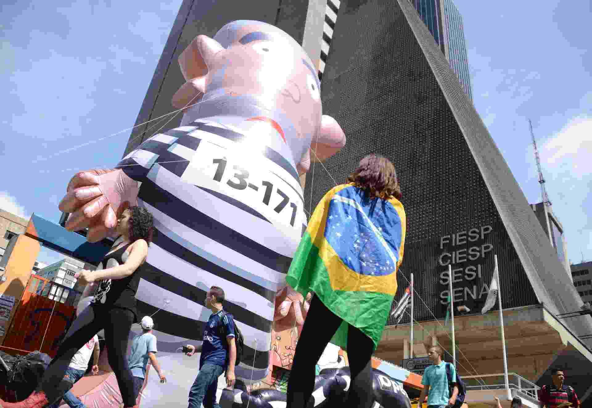 21.mar.2016 - Boneco de Lula volta a ser inflado nesta segunda-feira por manifestantes que estão acampados em frente ao prédio da Fiesp na avenida Paulista, em São Paulo, desde o último dia 16 - J. Duran Machfee/Futura Press/ Estadão Conteúdo