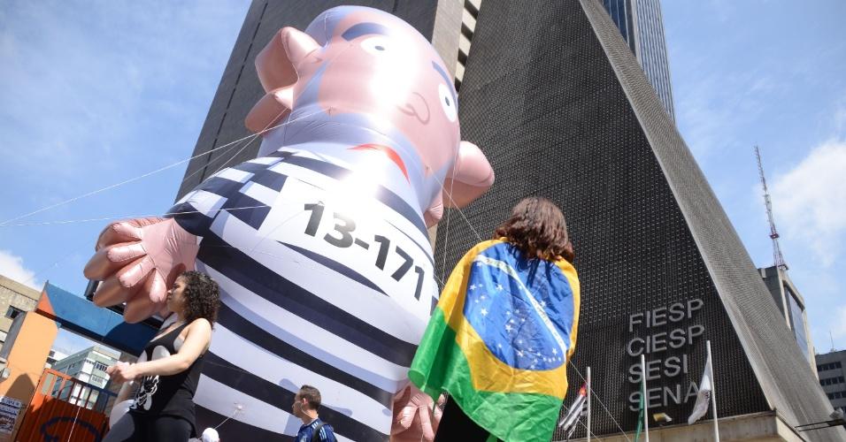 21.mar.2016 - Boneco de Lula volta a ser inflado nesta segunda-feira por manifestantes que estão acampados em frente ao prédio da Fiesp na avenida Paulista, em São Paulo, desde o último dia 16