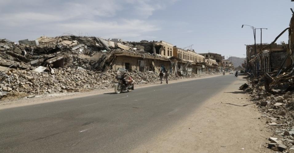 26.mar.2016 - Edifícios ficaram destruídos numa rua de Sa?ada, no Iêmen, depois de intensos bombardeios da coalizão liderada pela Arábia Saudita em 30 de outubro. A imagem foi feita pela fotógrafa Rawan Shaif durante viagem por cidades das áreas controladas pelos houthis no norte do Iêmen, entre outubro de 2015 e fevereiro deste ano, para documentar os efeitos da guerra na população. Há exatamente um ano, tiveram início os bombardeios da coalizão árabe contra os houthis. Segundo os rebeldes, os ataques já mataram quase 9.000 pessoas no país