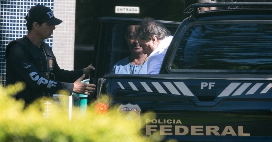 """12.abr.2016 - O ex-senador Gim Argello (PTB-DF) chega a Superintendência da Policia Federal em Brasilia (DF) depois de ter prisão preventiva decretada. A Polícia Federal deflagrou hoje a 28ª fase da Operação Lava Jato, batizada de """"Vitória de Pirro"""", que investiga a cobrança de propinas para evitar convocação de empreiteiros em comissões parlamentares de inquérito sobre a Petrobras"""