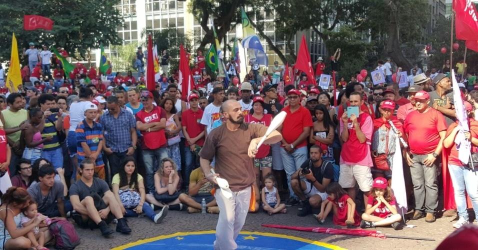 17.abr.2016 - Enquanto esperam começar a votação do processo de impeachment da presidente Dilma Rousseff, manifestantes no Vale do Anhangabaú assistem à apresentação circense