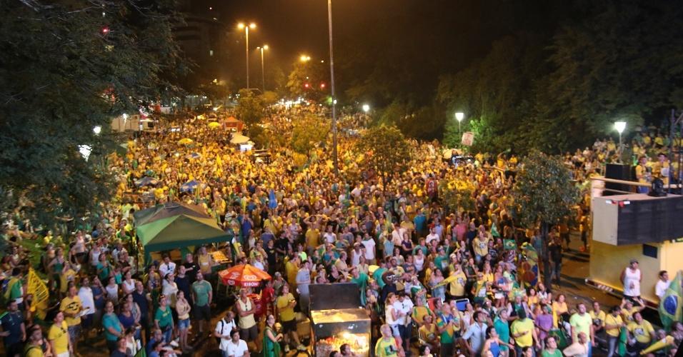 17.abr.2016 - Manifestantes pró impeachment acompanham a votação da Câmara dos Deputados em um dos vários telões instalados na avenida Goethe, bairro Moinhos de Vento, em Porto Alegre (RS)