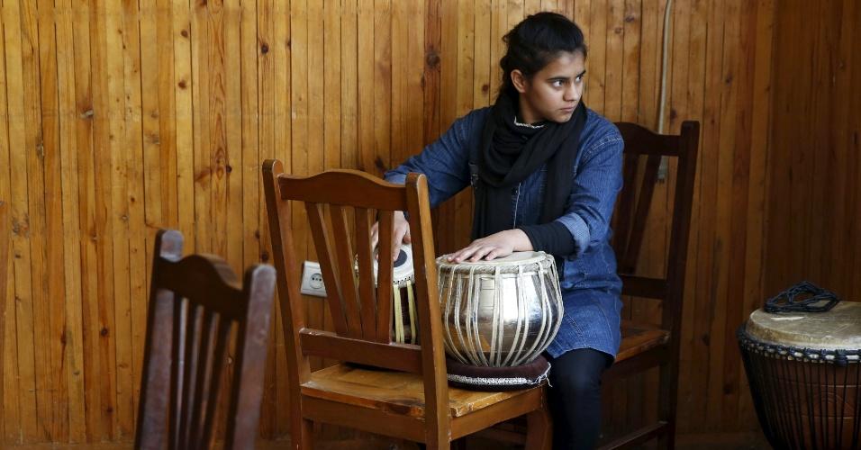 18.abr.2016 - Integrante da orquestra de mulheres Zohra toca seu instrumento durante ensaio do Instituto Nacional de Música do Afeganistão, em Cabul. Tocar instrumento musicais foi uma prática banida durante a vigência do regime do Taleban, no Afeganistão. Ainda hoje, muitos muçulmanos conservadores desaprovam a maioria das formas de música