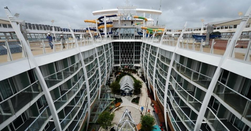 """12.mai.2016 - O """"Harmony of the Seas"""", o maior navio de cruzeiro do mundo, é o terceiro navio da família Oasis da Royal Caribbean e necessitou de 32 meses de trabalho após o início de sua construção em setembro de 2013. Foram investidos 1 bilhão de euros na sua estrutura"""