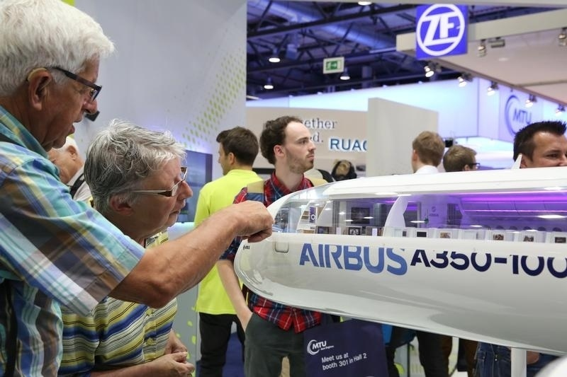 1.jun.2016 - Visitantes observam miniatura do Airbus A350-1000, que deve entrar em operação no ano que vem. O avião tem 74 metros de comprimento, uma envergadura de 64,8m e capacidade para até 440 passageiros. O modelo deve disputar o mercado diretamente com o Boeing 777