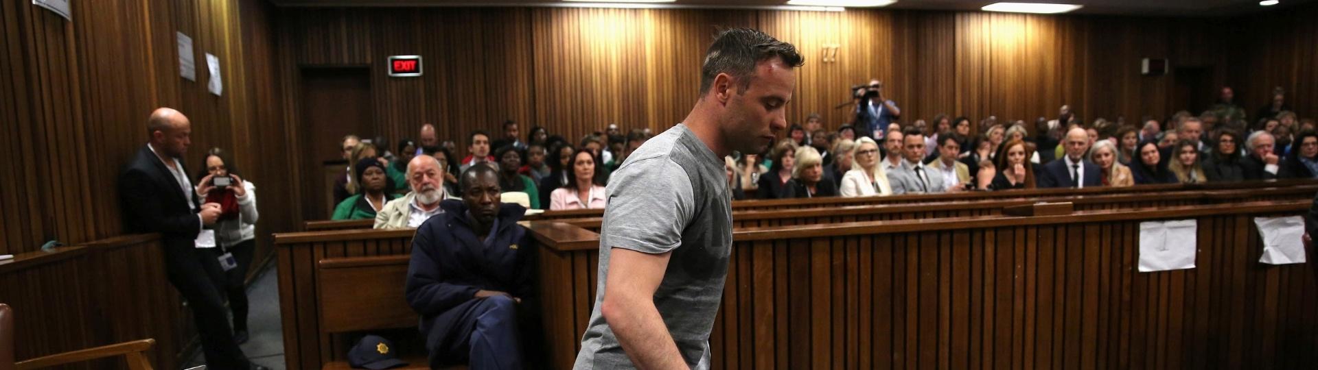 15.jun.2016 - O campeão paralímpico sul-africano Oscar Pistorius retirou as próteses das pernas para pedir clemência ao juiz Thokozile Masipa durante audiência em Pretória que vai determinar sua pena pelo assassinato da namorada. O crime aconteceu em fevereiro de 2013. Pistorius já havia sido considerado culpado pelo caso