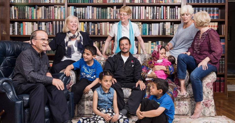 21.mai.2016 - A família Ahmed, que passou anos em um campo de refugiados no Líbano, na casa de Jim e Peggy Karas (esq.), junto com outros patrocinadores canadenses