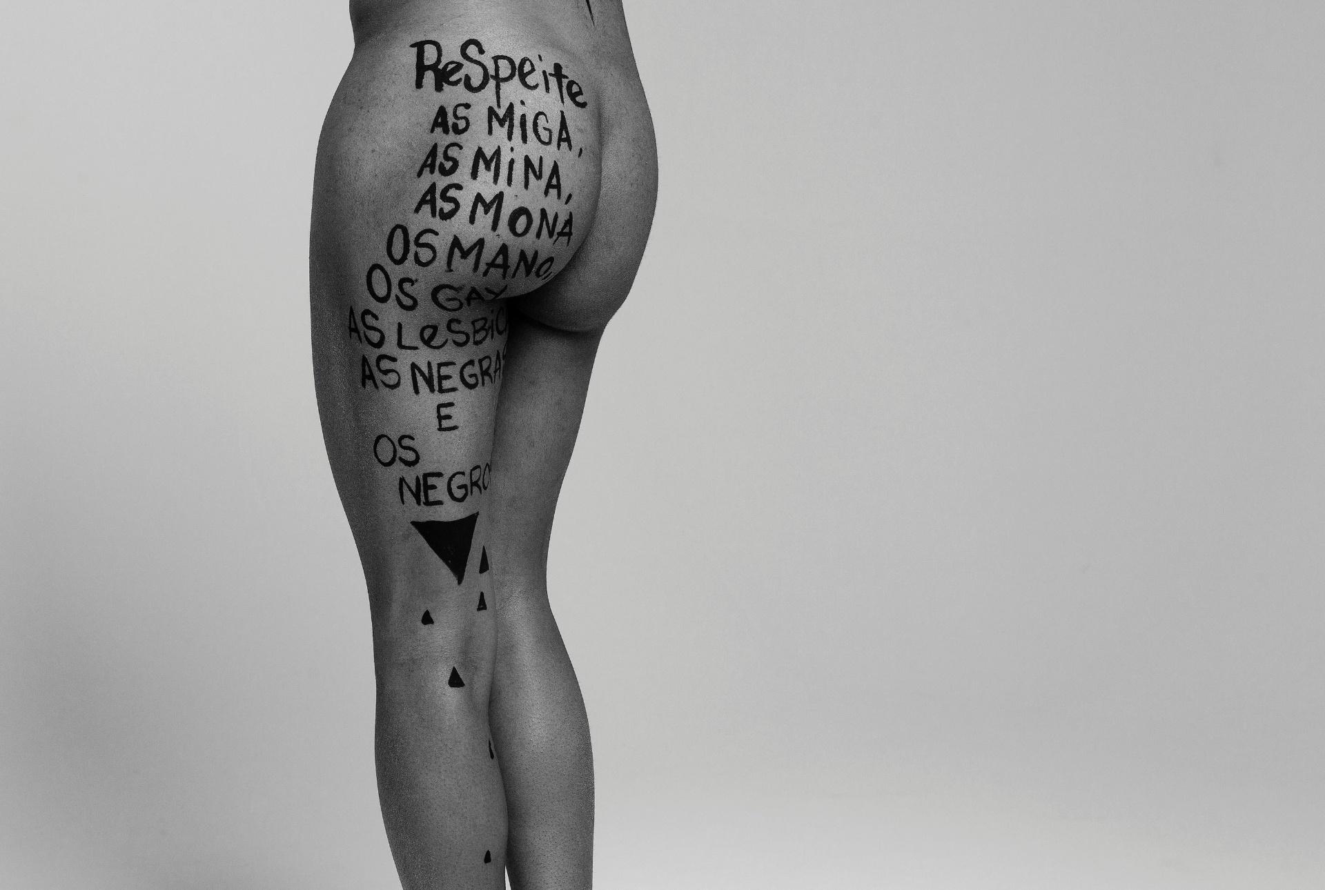 5.jul.2016 - Ensaio fotográfico do projeto Habeas Corpus, idealizado pela artista plástica Barbara Goy e pelo fotógrafo Léo Pinheiro do C41 Estúdio, com o objetivo de denunciar o machismo e a cultura do estupro. Seis mulheres e uma transexual foram pintadas pela artista com frases de empoderamento feminino e de protesto ao machismo e a opressão. O projeto pretende se tornar uma exposição itinerante e visa servir de voz para mulheres e dar um fim a cultura de opressão que ainda se faz forte nos dias de hoje