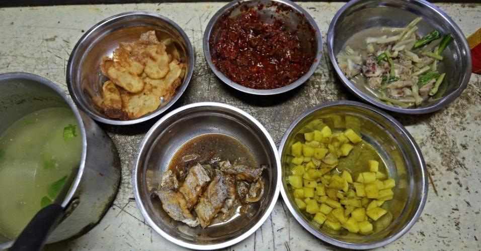 4.jul.2016 - Para o iftar, eles têm sopa, soja fermentada frita, sambal, frango com legumes, batata curry e peixe frito em molho de soja