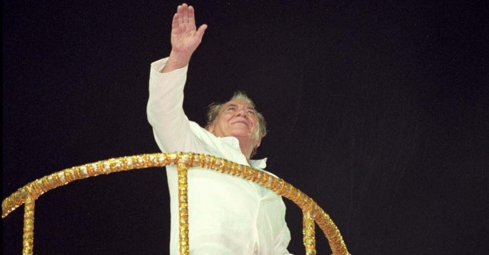 16.fev.1999 - 16.fev.1999 - O médico foi homenageado pela Escola Caprichosos de Pilares no Carnaval do Rio. Ele desfilou em carro-alegórico