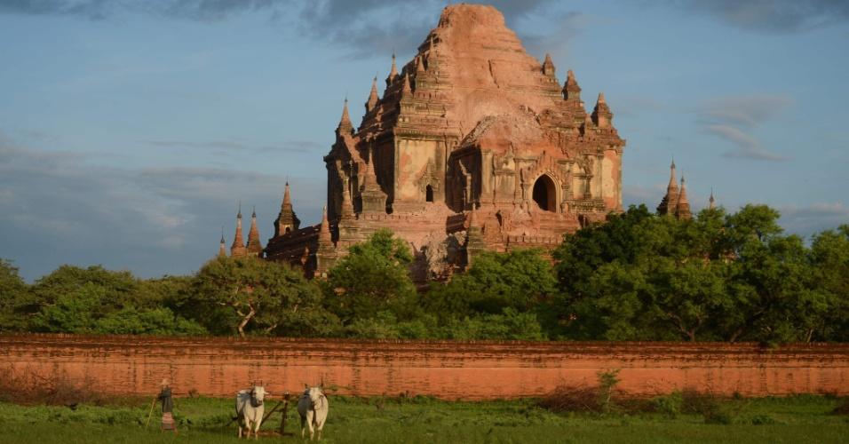 25.ago.2016 - Fazendeiro em frente a templo parcialmente destruído em sítio arqueológico de Bagan, em Mianmar. Um terremoto de magnitude 6,8 na escala Richter atingiu o país e danificou quase cem templos centenários da região
