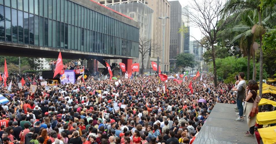 Manifestantes ocupam a avenida Paulista, em frente ao Masp, em São Paulo, em protesto contra o presidente Michel Temer