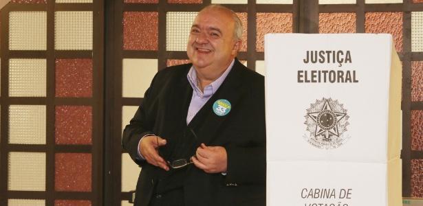 30.out.2016 - Rafael Greca (PMN) vota no segundo turno das eleições municipais