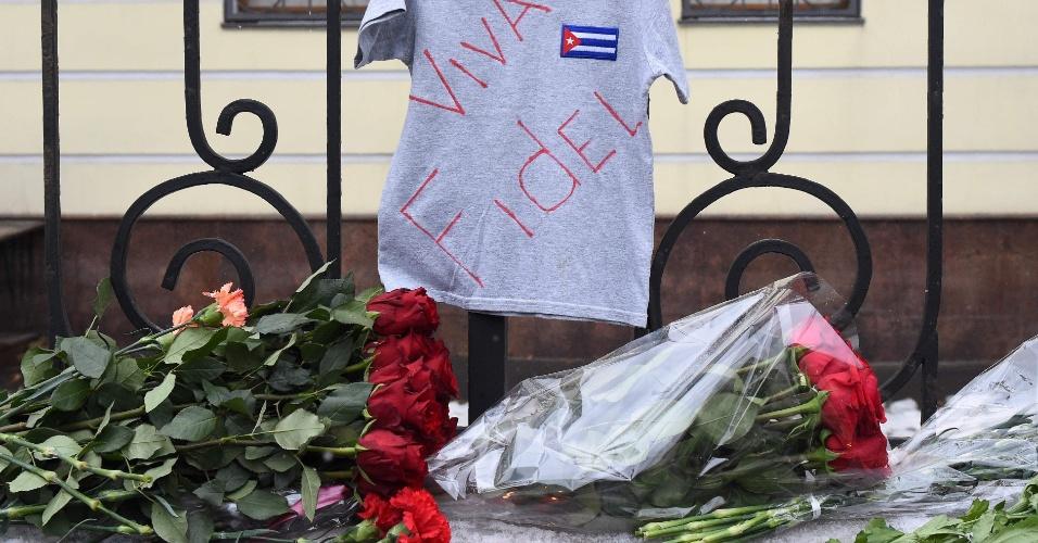 26.nov.2016 - Flores são colocadas em frente à embaixada de Cuba em Moscou em homenagem ao ex-presidente de Cuba Fidel Castro, que morreu na noite de sexta-feira (25)