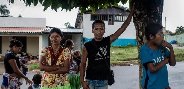 Estrella e Edgar, índios Warao, elogiam os programas sociais do governo do ex-líder venezuelano Hugo Chávez