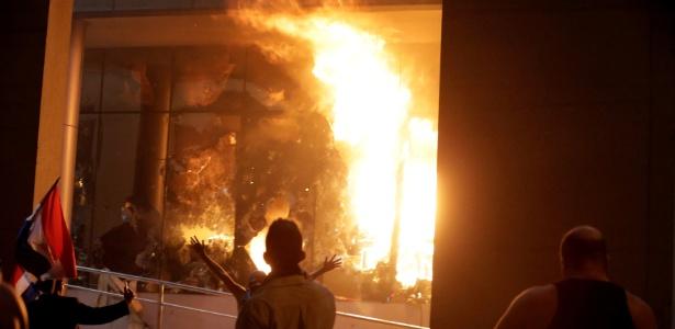 Manifestantes põe fogo no Congresso do Paraguai