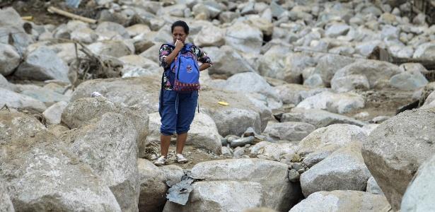 2.abr.2017 - Mulher chora em meio aos destroços causados pela avalanche de lama que atingiu Mocoa, na Colômbia, deixando mais de 250 mortos