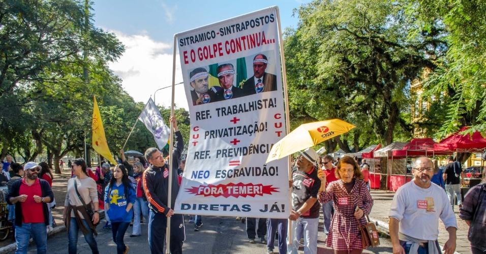 21.mai.2017 - No Parque da Redenção, em Porto Alegre (RS), centrais sindicais e partidos políticos realizaram o protesto ''Fora Temer e Diretas Já''