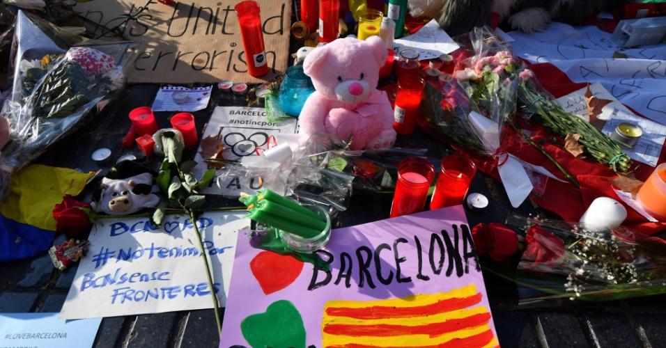 18.jul.2017 - Homenagem deixada nas Ramblas para as vítimas do atentado em Barcelona