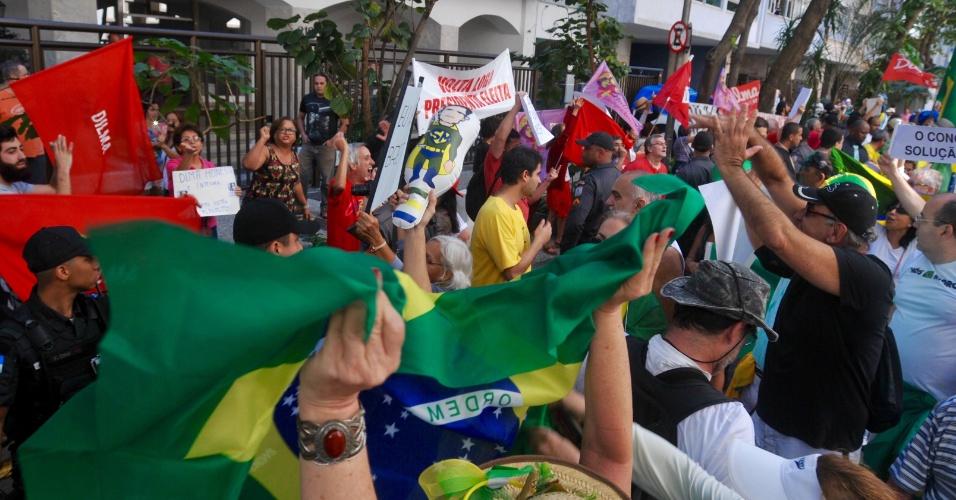 27.ago.2017 - Manifestantes do Vem Pra Rua discutiram com apoiadores da ex-presidente Dilma Rousseff durante ato realizado em Ipanema, zona sul do Rio de Janeiro (RJ)
