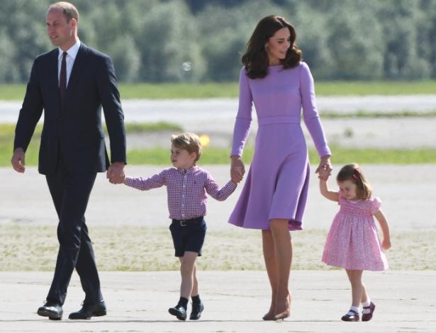 21.jul.2017 - O príncipe William e sua mulher Kate, duquesa de Cambridge, com seus filhos George e Charlotte