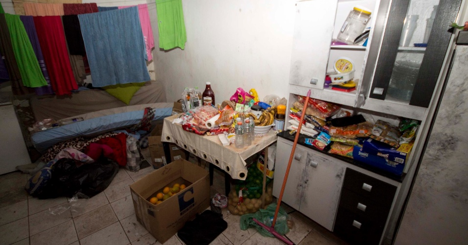 3.out.2017 - Eles transformaram uma sala pequena em uma cozinha, com frutas, bolachas de vários tipos, paçocas, água e Gatorade e uma geladeira. Havia também na casa uma TV de 32 polegadas e vários colchões