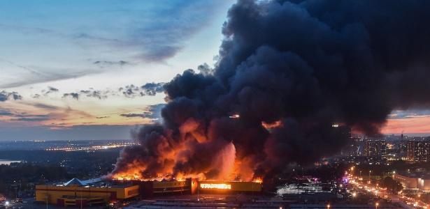 8.out.2017 - Incêndio em shopping na região de Moscou coloca em risco a estrutura do prédio