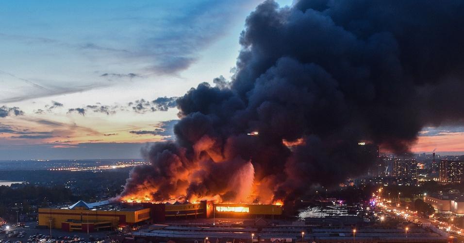 Explosão causou susto e correria | Milhares de pessoas são evacuadas de shopping na Rússia por incêndio