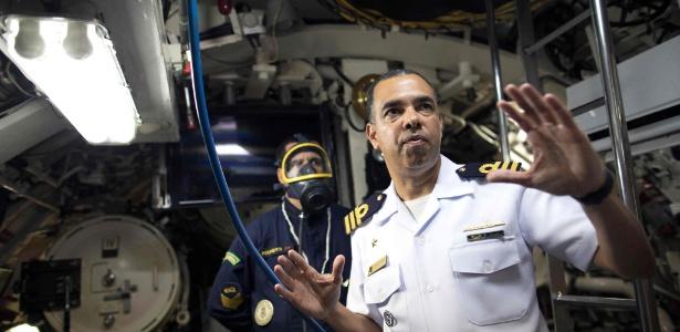 Comandante Jose Américo Alexandre Dias apresenta o submarino brasileiro Timbira