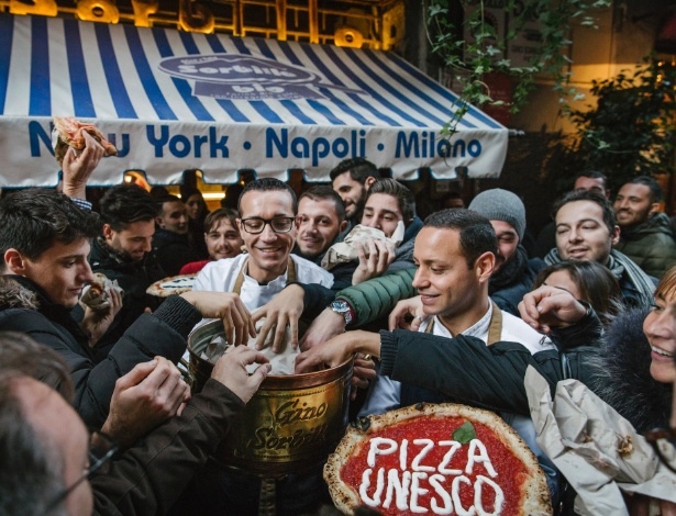 O pizzaiolo Gino Sorbillo distribui pizza gratuita para celebrar o reconhecimento da UNESCO da arte napolitana de se fazer pizza