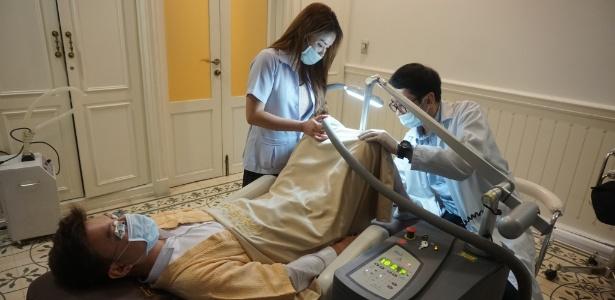 Imagem divulgada pela Lelux Hospital mostra homem passando por processo de branqueamento do pênis, em Bancoc, Tailândia