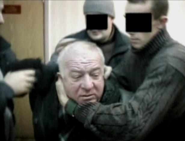 6.mar.2018 - Imagem de vídeo mostra momento em que Sergei Skripal é detido por agentes do serviço secreto em um local não identificado