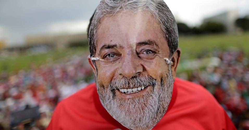 4.abr.2018 - Apoiadores de Lula usam máscaras do ex-presidente nos protestos em frente ao STF (Supremo Tribunal Federal), em Brasília