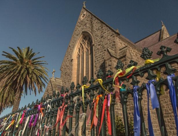Fitas em apoio a vítimas de abuso sexual são colocadas em frente à Catedral de São Patrício